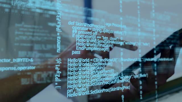 タッチスクリーンタブレットを使用する男性 - デジタル合成点の映像素材/bロール