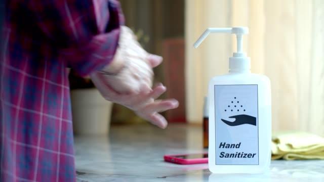 man som använder alkoholspray och transparent desinfektionsmedel i pumpflaska - resistance bacteria bildbanksvideor och videomaterial från bakom kulisserna
