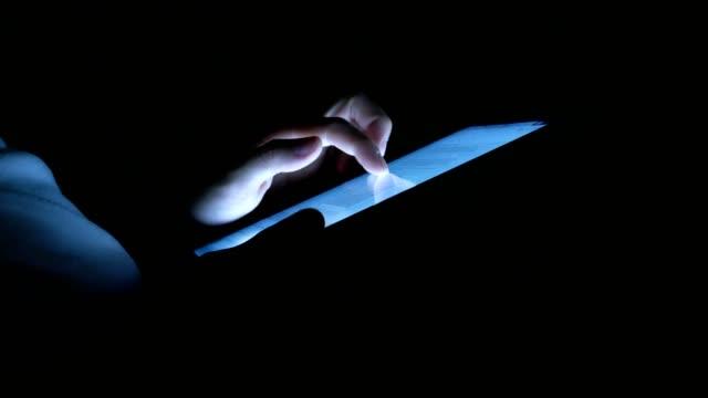 stockvideo's en b-roll-footage met man met digitale tablet pc 's nachts in het donker - onherkenbaar persoon