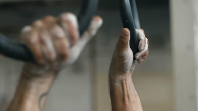 Mann mit Gymnastik Ringen in verlassenen Lagerhaus – Video