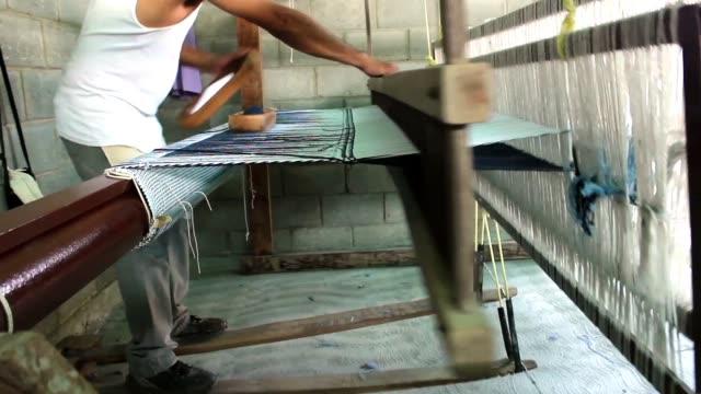 man med hjälp av händer och fötter vävning med trä vävstol - väva bildbanksvideor och videomaterial från bakom kulisserna