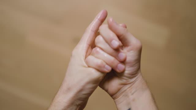 vídeos y material grabado en eventos de stock de hombre usando gel líquido desinfectante de manos para limpiarse las manos - hand sanitizer