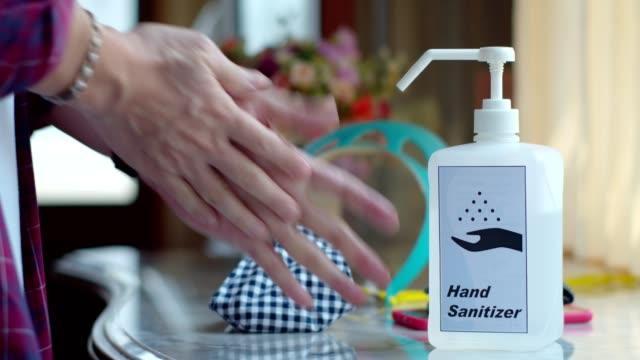 man som använder många infektionsskydd utrustning på bordet - resistance bacteria bildbanksvideor och videomaterial från bakom kulisserna
