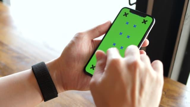 mann mit telefon mit greenscreen halt in händen - scroll up - schriftrolle stock-videos und b-roll-filmmaterial