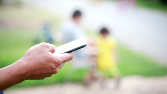 男性のスマートフォンを使用して - パスワード点の映像素材/bロール