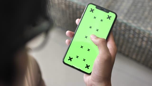 man använder smart telefon med grön skärm - skrollning bildbanksvideor och videomaterial från bakom kulisserna