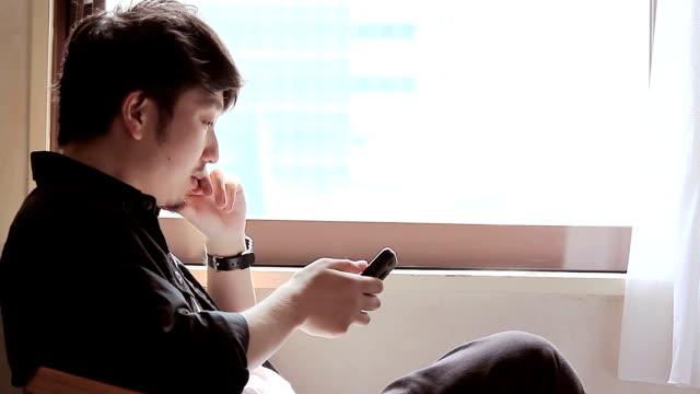 男性のスマートフォンを使用しています。 - スマートフォン点の映像素材/bロール