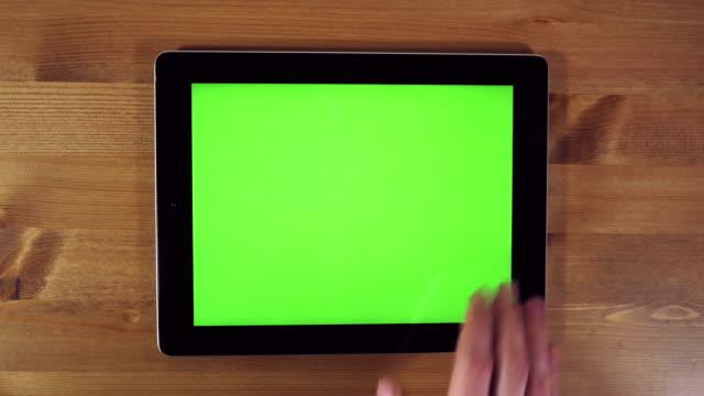 mann mit tablet-pc mit grünen bildschirm - schriftrolle stock-videos und b-roll-filmmaterial
