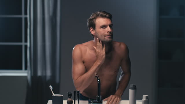 男性のタオル - 体 洗う点の映像素材/bロール