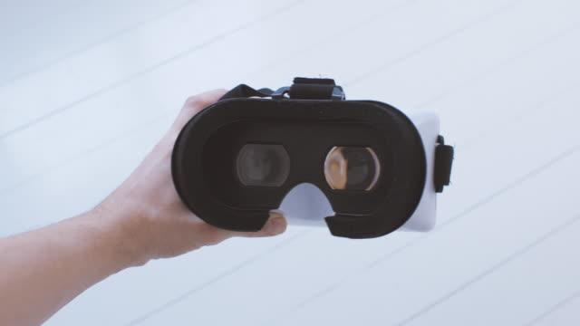 vídeos de stock, filmes e b-roll de homem usando pov de óculos de realidade virtual - realidade virtual