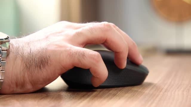 mann mit drahtloser laptop-maus im büro - mouse pad stock-videos und b-roll-filmmaterial