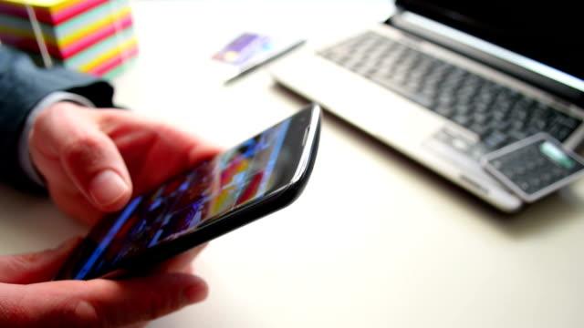 mann anzeigen news feed auf dem smartphone und mochte foto im sozialen netzwerk - schriftrolle stock-videos und b-roll-filmmaterial
