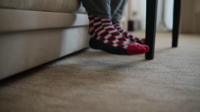 目を覚まし、ホテルの部屋でベッドから降りる男 - 人の脚点の映像素材/bロール