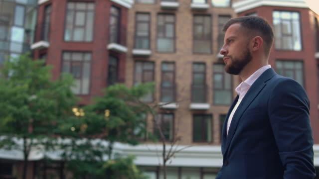 mannen promenad till arbetet - kostym sida bildbanksvideor och videomaterial från bakom kulisserna
