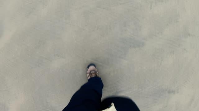 bir plaj yürüyen adam - bir orta yetişkin erkek sadece stok videoları ve detay görüntü çekimi