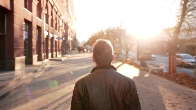 vídeos de stock e filmes b-roll de homem a caminhar ao longo da rua - cool