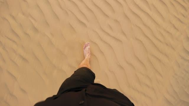 Man går barfota i öknen POV video