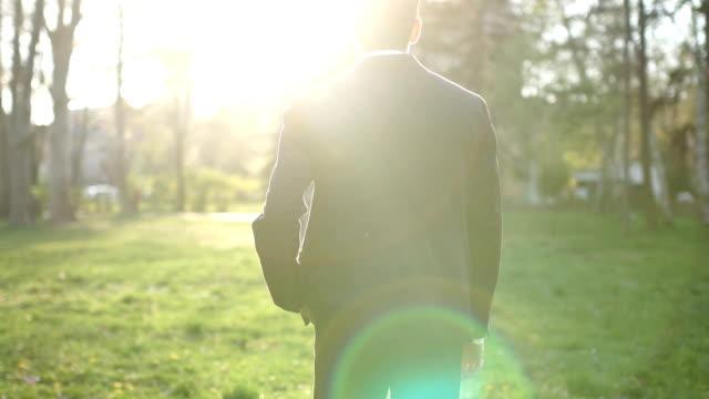 man walking の公園 - 独立点の映像素材/bロール
