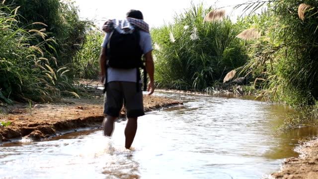 Mann zu Fuß in den Dschungel – Video