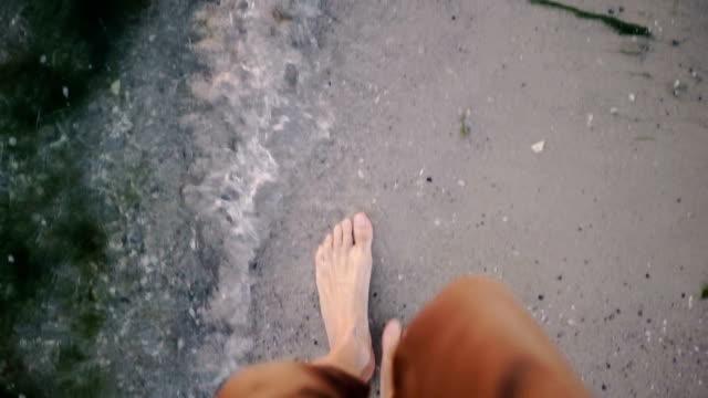 スローモーション、ビーチの上を歩く男。熱帯のビーチの上を歩く男 - 日常から抜け出す点の映像素材/bロール