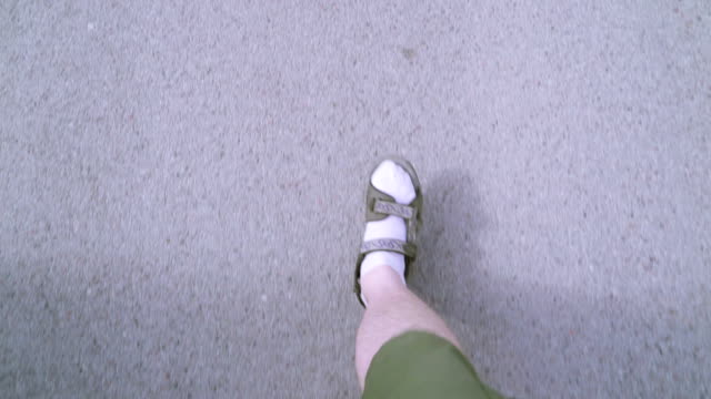 en man gå på konkreta vägen i staden - strumpa bildbanksvideor och videomaterial från bakom kulisserna