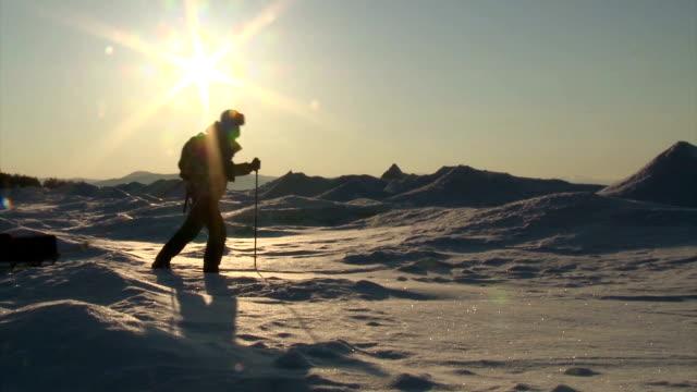 Hombre caminando en el hielo - vídeo