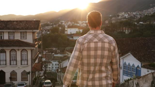 adam günbatımı izlemek için yürüyüş - minas gerais eyaleti stok videoları ve detay görüntü çekimi