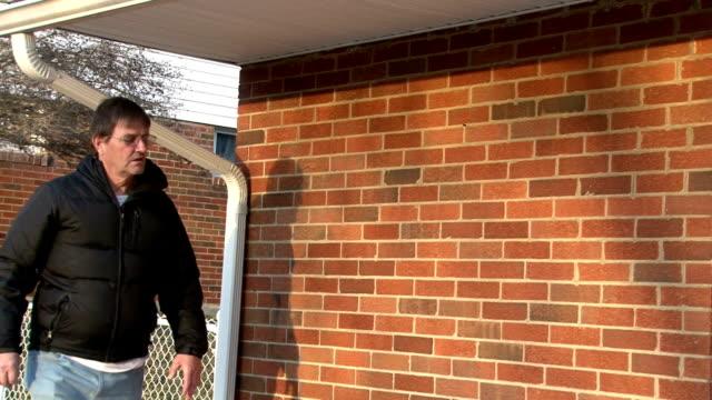 vídeos de stock e filmes b-roll de homem a andar até a porta e bater à porta - door knock