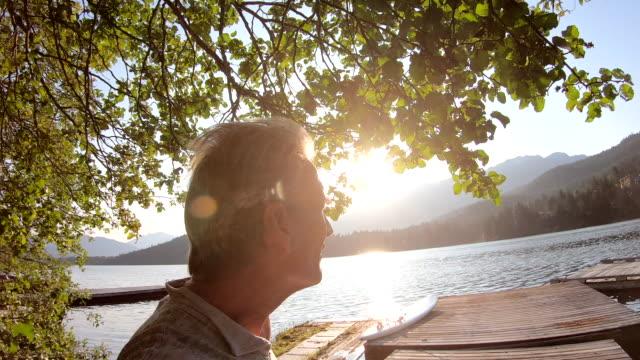 vídeos y material grabado en eventos de stock de hombre camina a lo largo del muelle del lago al amanecer - embarcadero