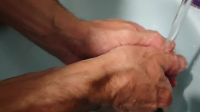ein mann wärst seine hände. hände unter dem wasserhahn waschen. - wassersparen stock-videos und b-roll-filmmaterial