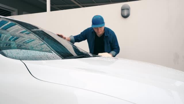 mann wäscht ein weißes auto. - wachs epilation stock-videos und b-roll-filmmaterial
