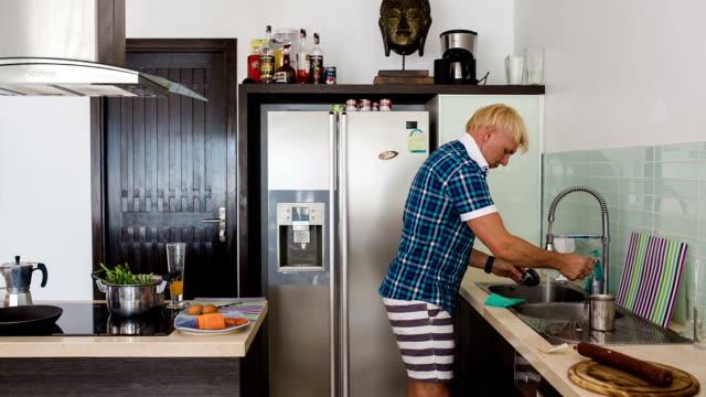 vidéos et rushes de homme faire la vaisselle - vaisselle picto