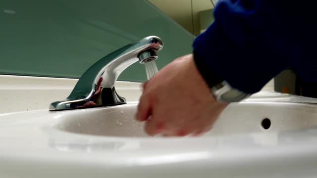 человек, мыть руки в общественный туалет - погружённый стоковые видео и кадры b-roll