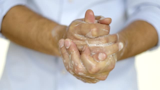 man tvättar händerna med tvål - washing hands bildbanksvideor och videomaterial från bakom kulisserna