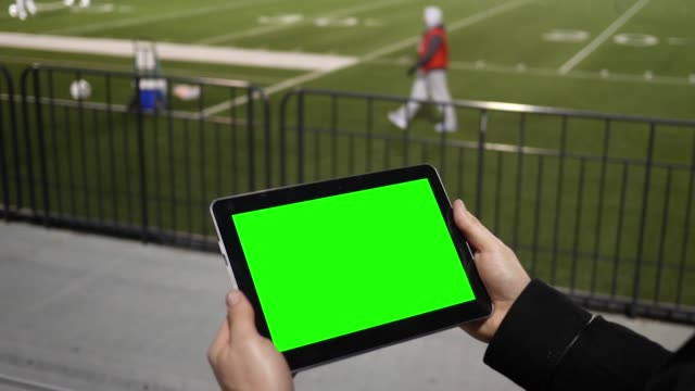 Mann Uhren Green-Screen-Tablette in ein Fußball-Team-Training von der Tribüne – Video