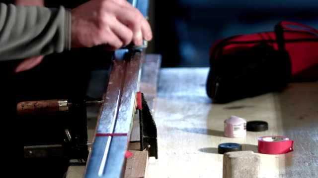 mann wachsen seine cross-country ski - wachs epilation stock-videos und b-roll-filmmaterial