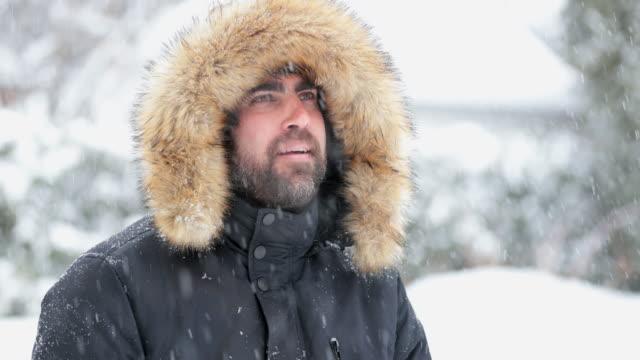 man bär päls under snöstorm - päls textil bildbanksvideor och videomaterial från bakom kulisserna
