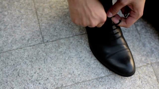 Homme portant des chaussures - Vidéo