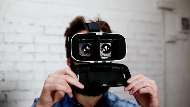 Homme portant la réalité virtuelle des lunettes au bureau. Il s'ouvre pour montrer ce qui est à l'intérieur. Technologie moderne au travail - Vidéo