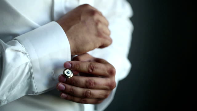 man wears ホワイトシャツとカフリンク - 鎖の輪点の映像素材/bロール