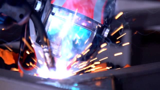 man welder welds the parts of the structure in slow motion. - elektroda filmów i materiałów b-roll