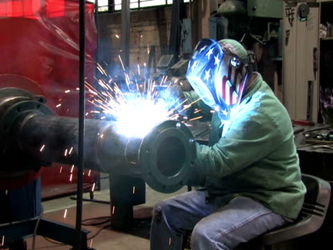 mann schweißen in der fabrik 1 - kopfbedeckung stock-videos und b-roll-filmmaterial