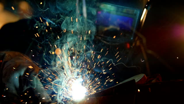 stockvideo's en b-roll-footage met man welding, slowmotion footage - lassen