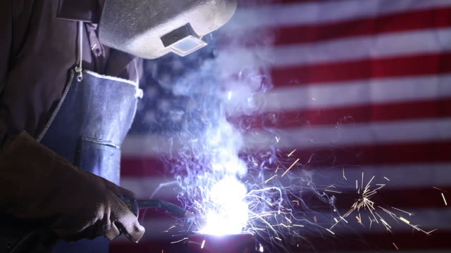 stockvideo's en b-roll-footage met man welding - lassen