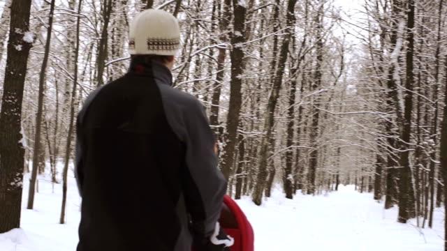 man med barnvagn i skogen - gå tillsammans bildbanksvideor och videomaterial från bakom kulisserna