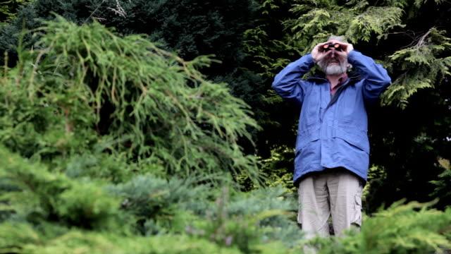男性、双眼鏡 - バードウォッチング点の映像素材/bロール