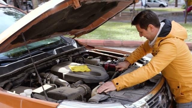 vídeos y material grabado en eventos de stock de hombre con el coche averiada - reparador