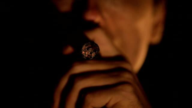 uomo con sigaro - sigaro video stock e b–roll