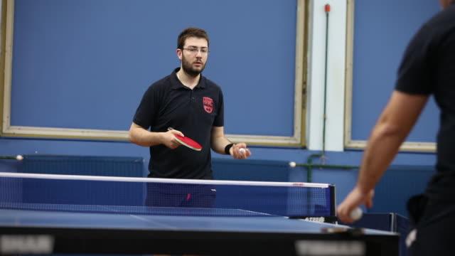 Hombre con gafas jugando tenis de mesa - vídeo