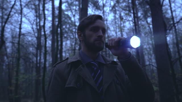 人用手電筒筒獨自遊蕩令人毛骨悚然的黑暗森林,危險的地方,恐懼 - 非都市風光 個影片檔及 b 捲影像